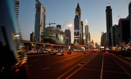 Die Sheikh Zayed Road bei einer Bustour am Abend