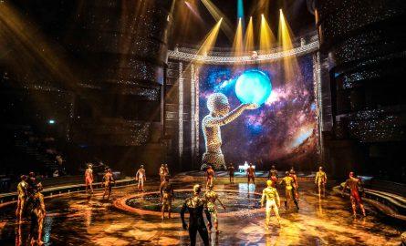 Bühnenbild und Impression aus dem Theater