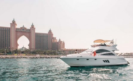 Flybridge-Yacht vor dem Hotel Atlantis The Palm
