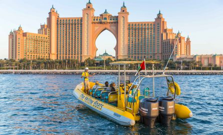 Gelbes Speedboat vor dem Atlantis The Palm