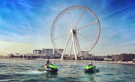 Ain Dubai mit Jet Skis im Vordergrund