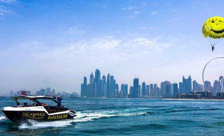 Parasailing auf dem Persischen Golf