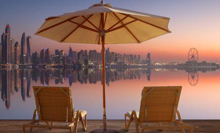 Das Riesenrad Dubai Ain rechts von der Skyline der Dubai Marina