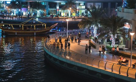 Der Dubai Marina Walk bei Nacht